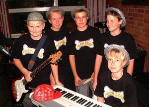 Foam Legs består av från vänster Hans och Mikael Kvist, Anton Lund, Filip Lundberg, och Oliver Ferm, Grannäset. På bilden saknas Tor By.                       Foto: Ingvar Ericsson