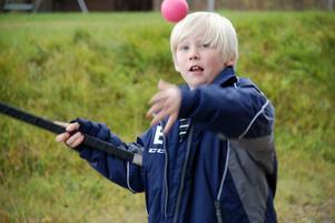 Om det finns en boll, en puck eller en kotte och kanske en avbruten bandyklubba börjar Emil lira direkt.