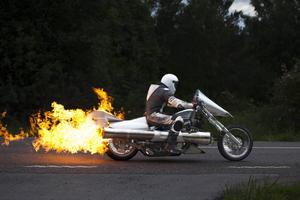 Motorcykeln med raketmotorerna sprutar eld och ljuder fruktansvärt högt.