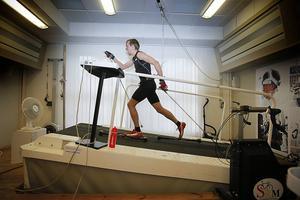 Onsdagen den 11 oktober 2012. Träning på Vintersportcentrum. Som träningskompis var rullbandet en skoningslös motståndare för Johan Olsson, som under inga förutsättningar kunde tänka sig att kompromissa.