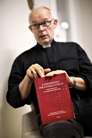 PRÄSTERNAS EGEN BIBEL. Ulf Jensius visar upp den bok svenska präster förhåller sig till när de arbetar. Här finns lathundar om hur gudstjänster, dop, bröllop och begravningar ska gå till. Efter 18 år som präst sitter mycket i benmärgen hos Ulf Jensius men han har ändå alltid kyrkohandboken med sig.