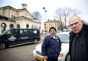 Rebwar Hamasaed och Rolf Emanuelsson reagerar på att kommunen ändrat reglerna – men utan att hänvisa taxikunderna.