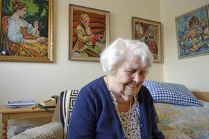 Karin har sysslat mycket med korsstygn och att väva mattot i sitt liv.