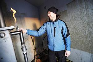 Patrik Agerberg visar gaslågan
