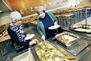 Lisa Pettersson och Anna-Lisa Lundin är två av de pensionärer som tagit chansen att äta lunch  tillsammans med skolelever.
