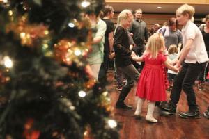 Tre små gummor som skulle ut och gå, fick fart på snurren på julgransplundringen i Östersund.