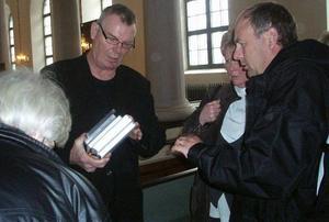Göran Skytte signerar böcker i samband med sin föreläsning i Ramsele på kontraktsdagen.
