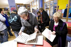 GAMLA TIDER. Lisbeth Svedin och Marianne Skogsberg kollade i gamla skolkataloger som fanns utlagda i biblioteket.