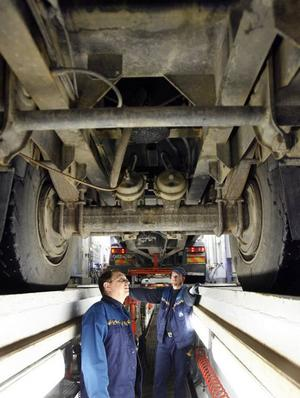 Rober Berggren och Tony Calsen på bilprovningen i Gävle kollar ett tung släp från smörjgropens  perspektiv.