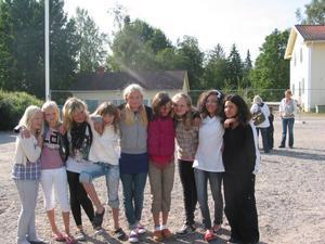 Hej alla. Glada tjejer i fem-sexan i Knåda skola.