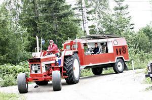 Jonny Moberg kommer körandes med hustrun Malin i släptåg (i vagnen). Traktorn är amerikansk, men byggd i Tyskland, och har varit i hans ägo sedan senvintern. Vagnen är en ombyggd trupptransportvagn från militären.