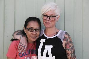 – Jag har den bästa chefen, säger Neranchala om Anna-Lena.   Hon är asylsökande från Thailand och har praktik i Klädbytesgarderoben.