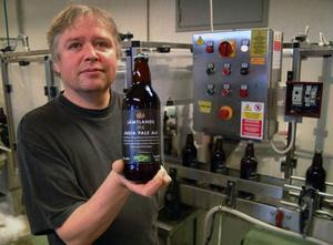 Bryggarmästare David Jones ville stanna i Pilgrimstad. Här med bryggeriets senaste produkt India Pale Ale. Foto: Ingvar Ericsson
