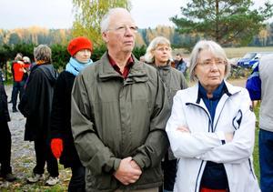 Grannarna Torsten Ericsson och Margaretha Hedén tycker att det är trevligt att ha buddhistcentret så nära och de besöker ofta stupan.