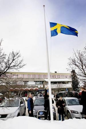 FLAGGNING. Efter frågor från flera journalister bestämde kommunen sig för att hissa flaggan i de tre flaggstängerna utanför kommunhuset.