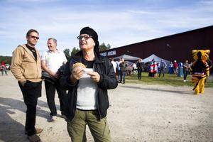– Vilken härlig stämning, vilken atmosfär i lilla Järvsö, underbart! tyckte Åsa Edling-Larsson. I bakgrunden syns maken Ove Larsson och Lennart Gustavsson.