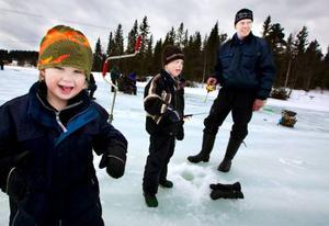"""Familjen Olofsson, från Bleckåsen är att räkna med varje år i Kougsta-pimplingen. """"Det är kul!"""", säger Fredrik. Från vänster: Axel, Fredrik och pappa Magnus Olofsson."""