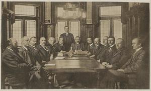 En ung Arthur Engberg står längst bak i rummet 1917.