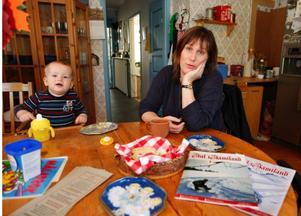 """""""Jag fick lägga ut cirka 20 000 ur egen ficka för att få ut fjolårets tidning. Så kan man inte fortsätta"""", säger Katarina Ryckenberg, här tillsammans med sonen Josef."""
