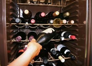 Hemmalager. Det finns i dag många bra vinskåp att köpa för den som vill lagra viner under idealiska förhållanden hemma. Men en mörk skrubb, ett skafferi eller ett källarförråd kan också fungera.