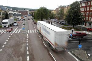 Den gamla E4 ligger som en barriär som avskärmar Stenstan från hamnen. Nu har kommunen chansen att göra något åt detta.