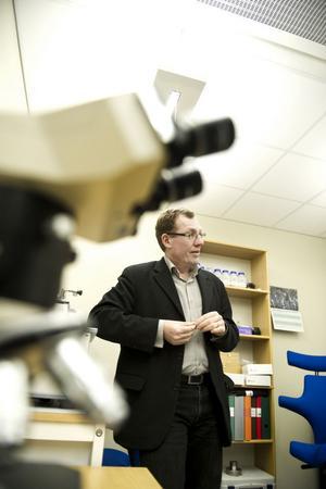 Forskaren Mikael Olsson är en av dem som ser till att Dalarna behåller sin skärpa på stålområdet.