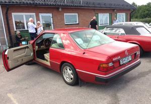 Denna Mercedes 230 CE från 1990 är i absolut nyskick. Bilen hör hemma i Saltsjö-Boo.