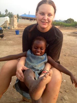 Förra hösten åkte Sara Svensson ner till Ghana för att hjälpa till. Nu ska hon resa dit igen för att kontrollera att pengarna går till rätt saker.