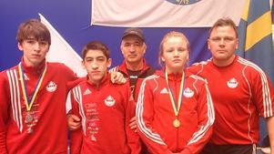 Nykvarns trupp på ungdoms-SM: Dzjabrail Murtazaliev, Rustam Khalilov, Denise Makota Ström, och tränare Gerry Ström.Längst bak: Attak Akajev, tränare.