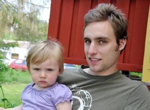 Jonas Löfgren med dottern Belise:– Se för sjutton till att barnen får det bra!– Det är dom som är framtiden.