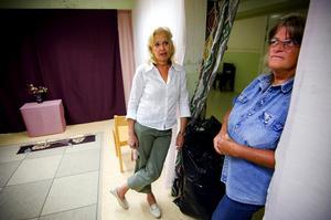 Andaktsrum. Husmor Lillemor Granqvist och församlingsassistent Ulla-Maj Bergman-Nyström har haft konfirmandundervisning under terminen i Lorensbergs kvartersgård för ett 60-tal elever. Nu flyttar de ut inredningen från andaktsrummet för syslöjden ska inhysas tillfälligt i lokalerna istället.
