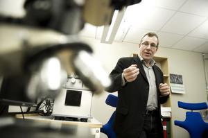 I tribologilabbet testar Mikael Olsson nya ytbeläggningar. Senare studerar han materialen på atomär nivå.