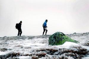 """Carl Wiström och Mattias Skantz på väg upp på Storfjället. Senast Carl var på Storfjällstoppen var 1988.  """"Det var en fin dag, med hårt packad snö, som vi gick på"""", säger han."""