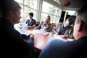 Jakob Silén och Olle Fack, närmast i bild, bevittnar hur företagarna Gunilla Östberg, Kakfén i Färila, Helene Åkerström Hartman, Orbaden restaurang och spa, samt Bengt Larsson, Järvsö Brodyr, skriver på destinationsavtalet.
