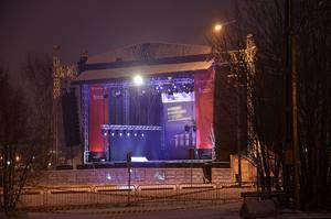 Alldeles bredvid tiggarnas läger har en stor scen byggts till invigningsfesten för bron.