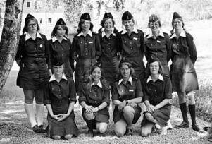 Gävle lottakår. Bilden är tagen omkring 1970 och flickorna lär tillhöra Gävle Unglottaavdelning. Känner någon igen dem? Foto: Arkiv Gävleborg