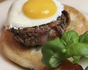 Baconlindad färsbiff på bröd med stekt ägg är ett gott mellanmål efter sportlovsaktiviteter.