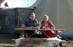 Håkan och Nina Nylander är nöjda med att skidpremiären i Bruksvallarna är spikad till ett förbestämt datum tack vare den sparade snön.