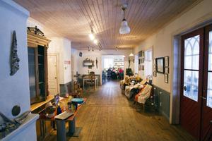 Under helgen har kaféet utförsäljning av köksredskap och hantverk.