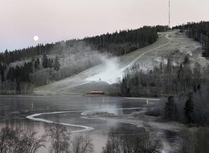 Sidsjöbacken snöläggs i månljuset på måndagseftermiddagen.