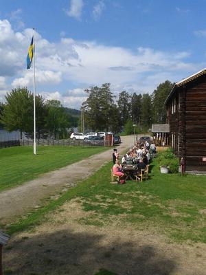 Ett femtiotal kom till nationaldagsfirandet i hembygdsgården i Ramsjö.