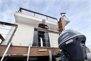 Husbåten byggs i Hammerdal och är isolerad och förberedd för åretruntboende. Håkan Ottosson håller även på att utveckla en byggsatts, om man vill bygga själv. Motorn är på 25 hästkrafter och specialdrevad för att användas på pråmar.