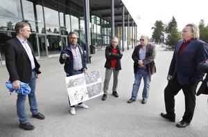 – Det kan ta några år, men nu påbörjar vi en process, säger kommunalrådet Jörgen Edsvik, S, (till vänster), här tillsammans med Petter Jonegård från kommunens samhällsbyggnadsförvaltning, Björn Axelsson från Gävletravet samt Roger Wahlgren och Stig Erlend från RSS Nordic Development.