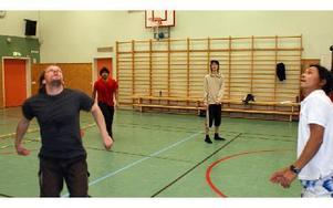 I väntan på bollen. Volleyboll passar gammal som ung och alla kan spela tillsammans oavsett förkunskaper.FOTO: ANDERS GUNDERSON