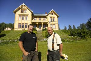 Sex generationer Alexandersson har drivit Västgård. Nu är det Erik Alexandersson som driver gården efter pappa Olle. Gården består av boningshuset från 1898 med sina imponerande 750 kvadratmeter samt stora åkerarealer som passar till en friluftsmässa.