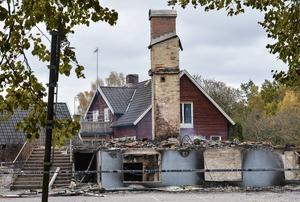 Polisens avspärrningar kring de rykande resterna av skolan i Kånna. Skolan var tänkt att användas som evakueringsbostäder för flyktingar.