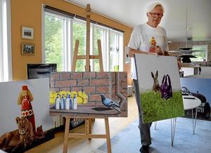 Han kallar sig konstnären med glimten i ögat. Så är även namnet på Per Östlings utställning som just nu pågår i Hällefors bibliotek.