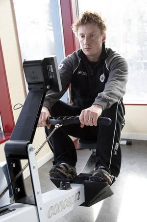 Roddmaskinen är ett av Björn Danielssons viktgaste redskap i kampen om att komma tillbaka som hockeyspelare. För trots två höftoperationer har han inte gett upp.