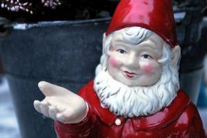 Den här jultomten ser gammal ut, men den är inte det. Den finns med i tomtesamlingen i vardagsrummet.