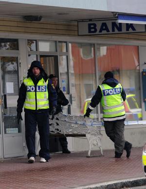 Trots att polis fanns på plats i Vansbro medan rånet pågick gjordes inget ingripande. I Töcksfors hann ingen patrull fram innan rånarna lämnat banken.